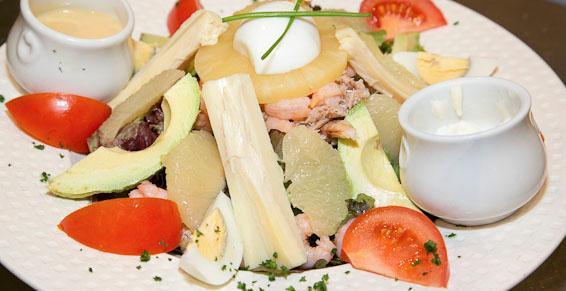 Choix varié de salades composées