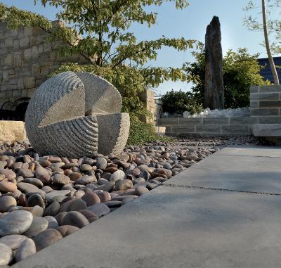 Fontaine ou pierre décorative en granit gris