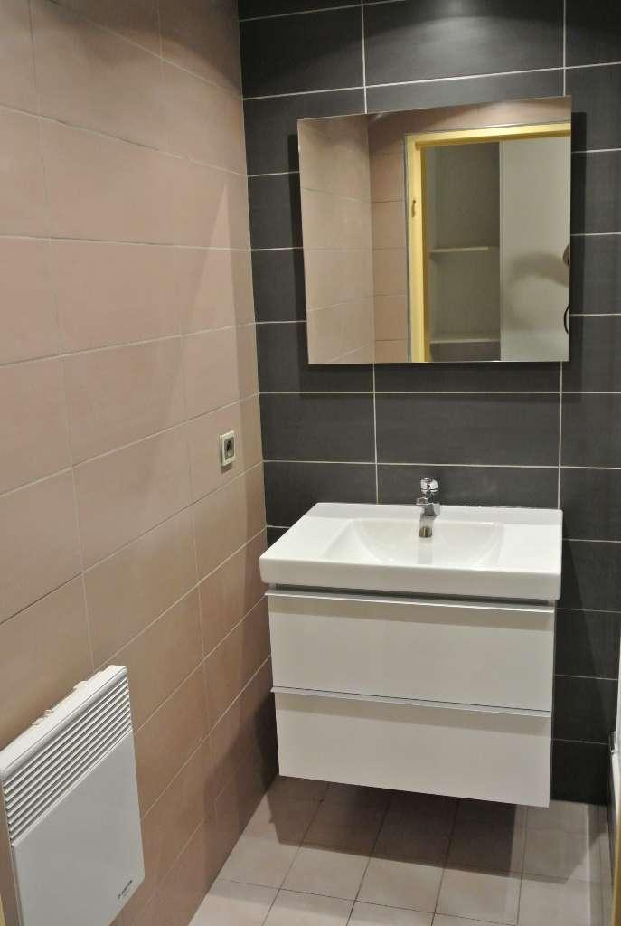 Rénovation complète (carrelage murs, pose meuble, vasque, armoire...) - APF Plomberie Chauffage à Chartres (28)