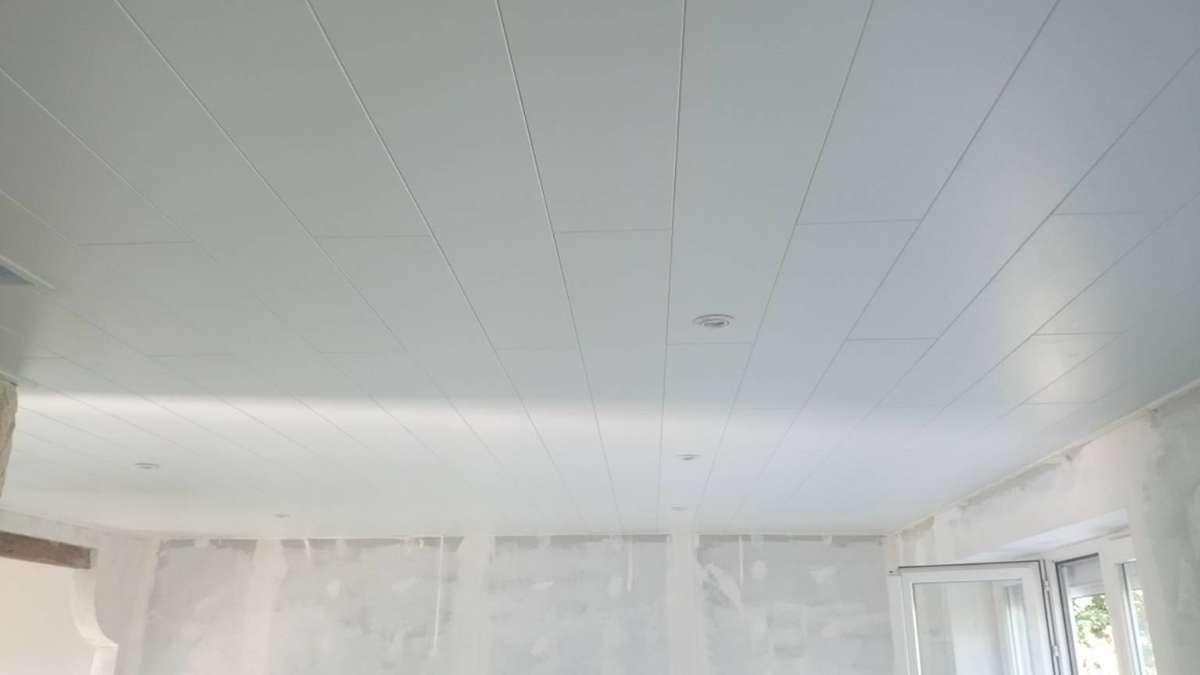 Plafond lambris revêtus MDF avec spot et trémie