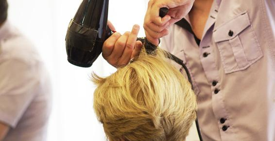 Coiffeur - Brushing femme blonde