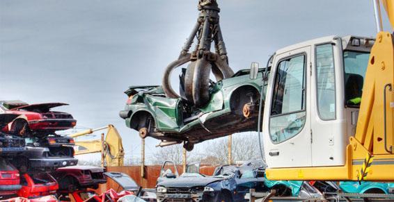 Casses automobiles - Soulever une voiture avec une grue