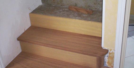 Revêtement en bois posé sur escalier en béton à Rouen