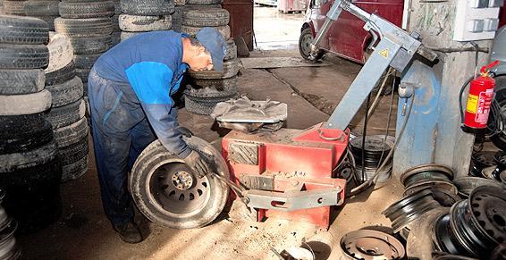Démontage de pneus chez RECUPER' AUTO à Ussac.
