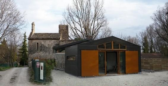 Extension d'un ancien prieuré par un volume d'habitation