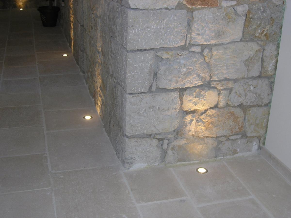Eclairage mur en pierre