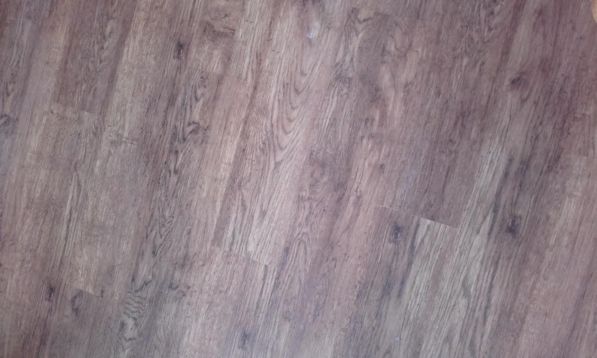 Sol PVC effet bois agréable dans une sdb