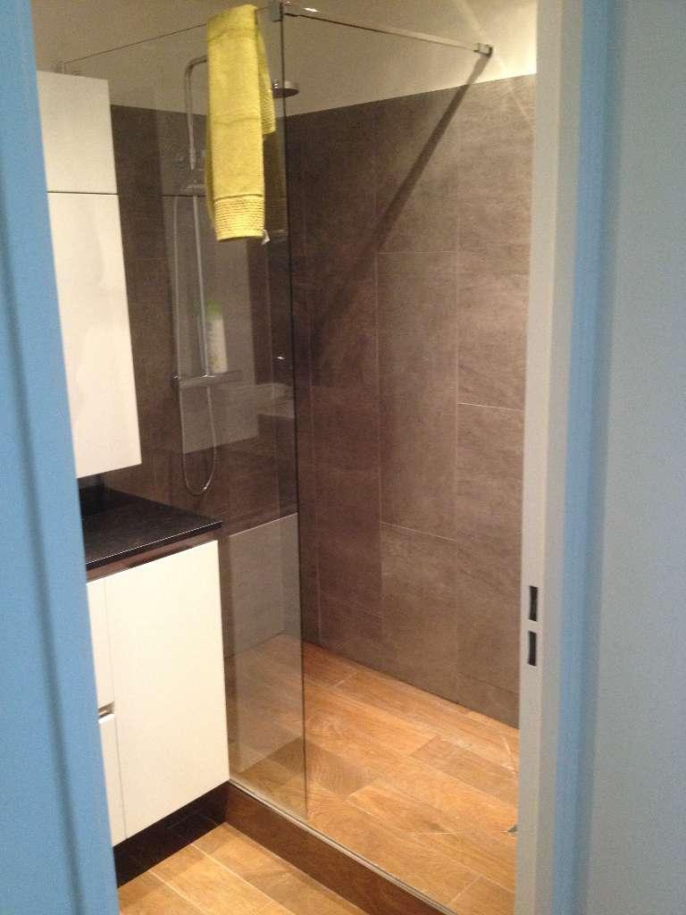 Suite salle de bain avec douche à l'italienne et son carrelage en imit